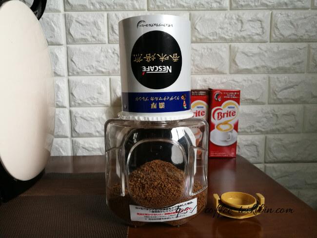 濃厚クンディナマルカブレンドをコーヒータンクに移す
